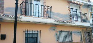 grietas en la pared producidas por el agua de lluvia